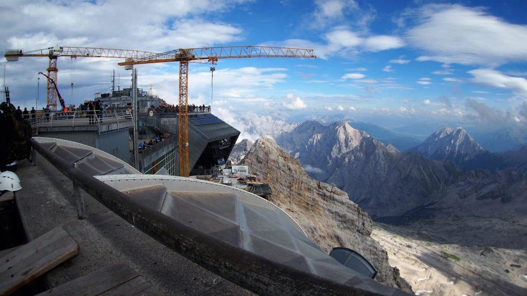 plac budowy na szczycie